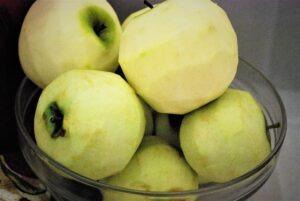 Whole peeled apples